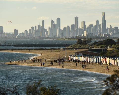 Melbourne | Rantamaisema pilvenpiirtäjien edessä.