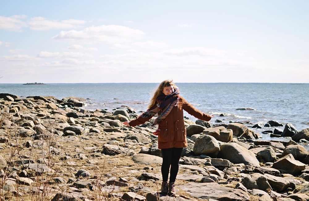 Pori tekemistä | Tyttö rannalla.
