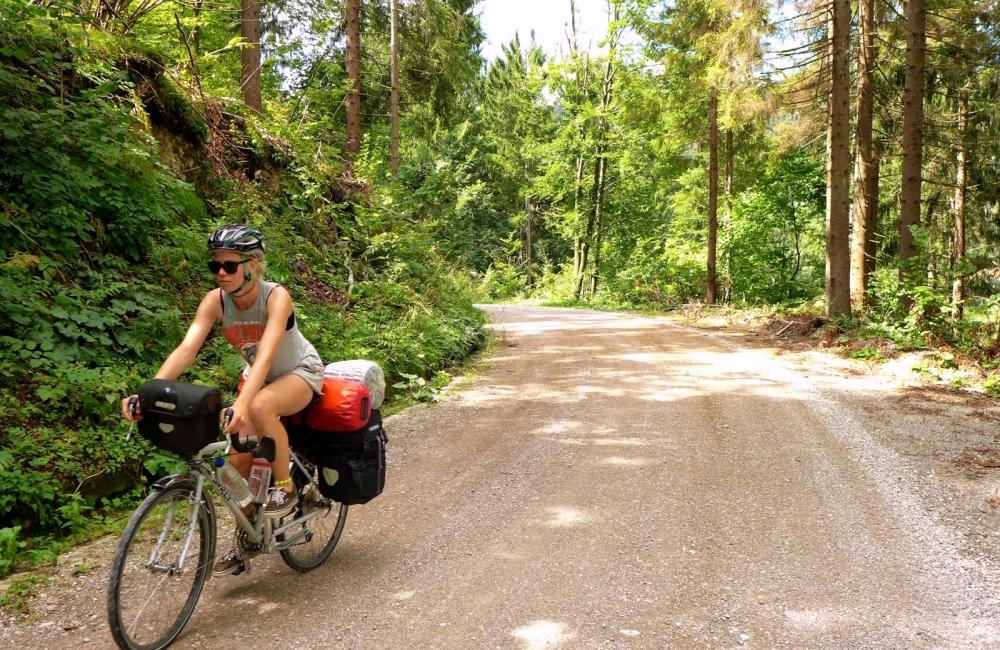 Retkipyöräily | Tyttö pyöräilee metsätiellä.
