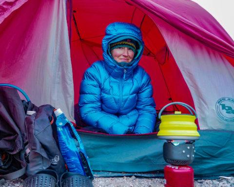 talviretkeily varusteet | Tyttö teltassa talvella.