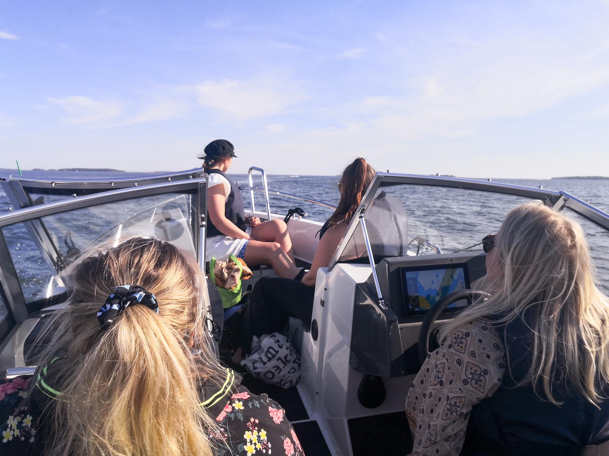 Aloittelevat veneilijät vesillä, Skipperin veneellä.